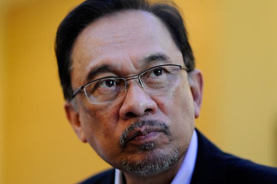 安瓦尔曾是马哈蒂尔的政治对手,早前因涉嫌贪腐和鸡奸罪被捕入狱,马哈蒂尔上台后将其赦免 图自今日大马