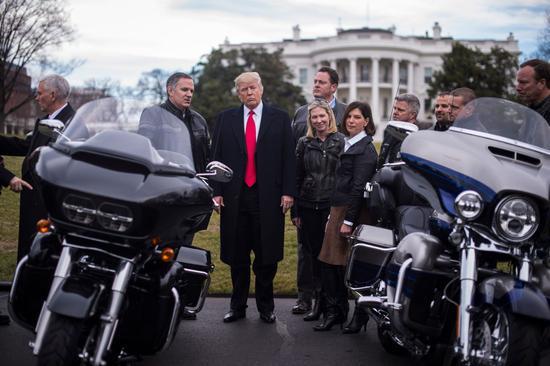 (特朗普在与哈雷摩托公司代表见面时威胁称该公司业务必须100%留在美国。)