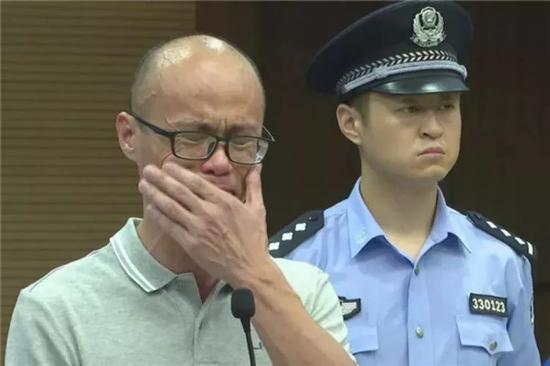 陈才杰在庭审现场流下了悔恨的泪水
