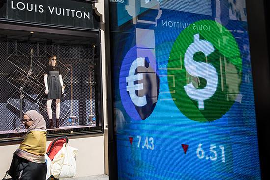 8月14日,土耳其伊斯坦布尔,一名女子在泉币兑换处。视觉中国 图