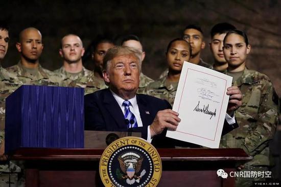 """美国总统特朗普签署""""2019财年国防授权法案"""""""