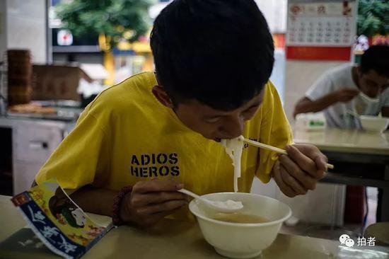 △ 徐家在上工前来到老乡的店里吃了一碗粉。他说自己在三和只来这家吃饭,其他的吃不惯。
