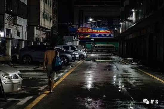 △ 凌晨1点,一位做完日结工作的打工者疲惫的走在三和市场的街道上。