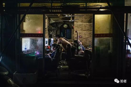 """△早晨6点,三和人力市场附近的网吧里,大部分人都已经""""起床""""。找日结工作需要在5点30分之前出门。"""