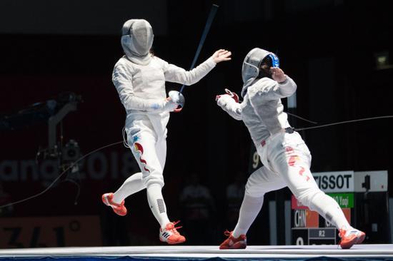 8月19日,钱佳睿(左)与邵雅琪在比赛中。(新华社照片,雅加达,2018年8月19日)
