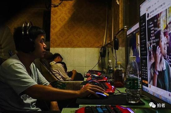 △ 三和人力市场巷子里的网吧内,刘蒙在上网,他今天就准备睡网吧了。因为他室友把合租房间的钥匙带走了。