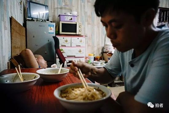 △ 刘蒙来到双丰面馆吃面,这里有三和最便宜的面条——清水煮面。只要五元,里面有一些青菜和咸菜,分量很足。