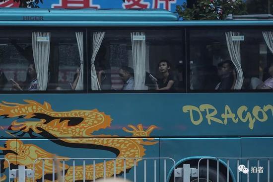 △ 早晨6点,已经找到日结工作的人坐在大巴车上准备出发去工厂打工。