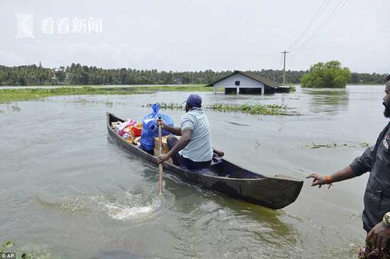 印度一栋楼坐泥石流而下没散架 洪灾已致324死