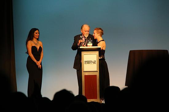 Sarah Gailey是当晚第一位上台领奖的获奖者