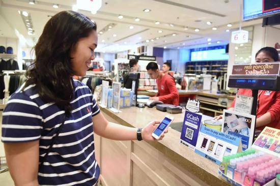 菲律宾马尼拉一家商场,消费者使用GCash电子支付系统付款。新华社记者秦晴摄