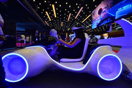 2018年5月31日,观展者在2018中国电竞产业大会现场体验电竞产品