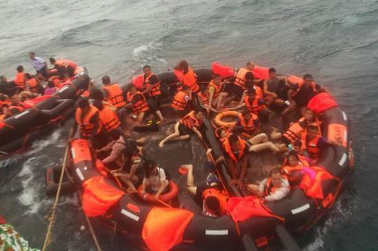 资料图:7月5日,在泰国普吉府普吉岛附近海域,翻船事故中游客被救起.