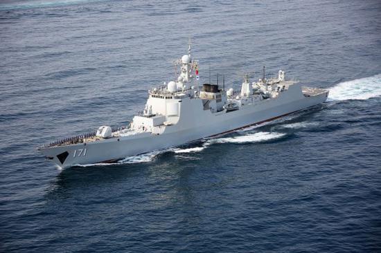 資料圖片:中國國產現代化導彈驅逐艦海口艦在執行第二十七批護航任務期間在海上航行。(2017年8月28日)。