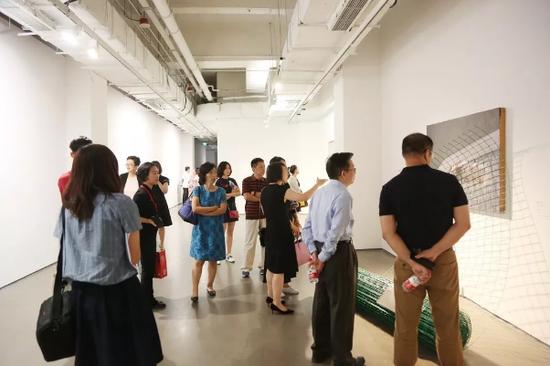 艺术家臧坤坤将架上绘画与现成品结合,通过创作将日常之物变得充满惊喜。