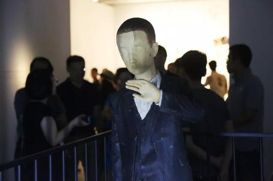 嘉宾及观众聚集在艺术家王卓的作品《抚梦》周围,王卓运用超现实主义的语言形式,将一种神秘气氛引入作品之中。