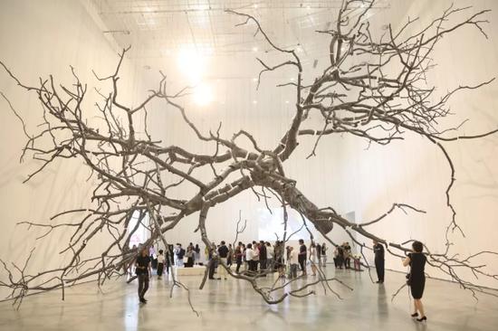 孟柏伸的大型装置作品《悬置》给观众带来了震撼的视觉观感。