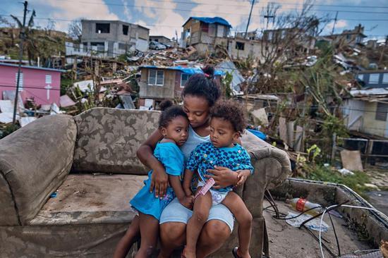 """怀抱两个孩子、至今没有正常居所的女灾民 图源:美国财经博客""""Zero Hedge"""""""