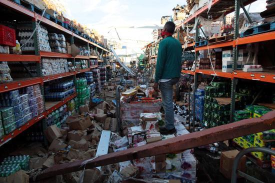 一家屋顶被掀掉的超市 图源:路透社