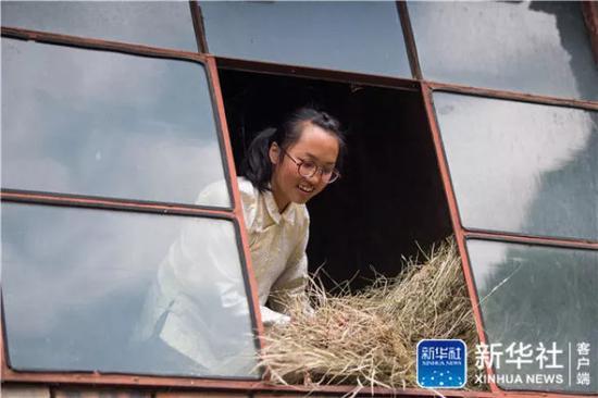 ↑在云南省曲靖市会泽县,仇文飞在收整喂牛的干草(8月29日摄)。新华社记者 胡超 摄