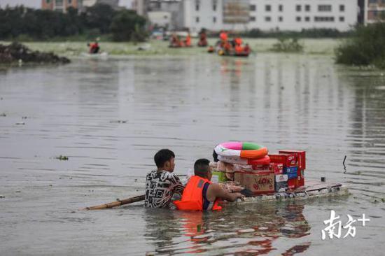 铜盂镇树香村,救援人员将物资送入村庄。