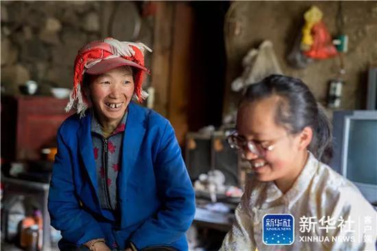 ↑在云南省曲靖市会泽县,仇文飞在家中跟妈妈聊天(8月29日摄)。新华社记者 胡超 摄
