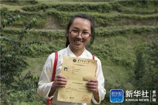 ↑在云南省曲靖市会泽县,仇文飞展示自己的录取通知书(8月29日摄)新华社记者 胡超 摄
