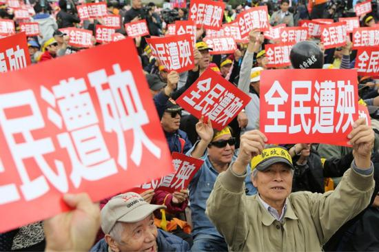 岛内军人街头抗议台当局。(图:台湾《联合报》资料图)