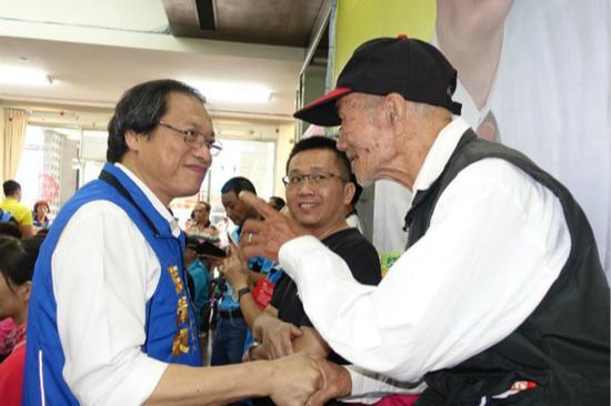国民党屏东县长参选人苏清泉看望老兵。(图:台湾《联合报》)