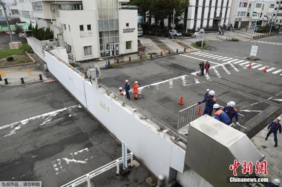 """强台风""""飞燕""""于9月4日登陆日本。气象员预报,海浪将高达12米,因此请沿海居民不要靠近海岸线,渔民不要出海。图为日本名古屋港口附近的防波堤被关闭。"""
