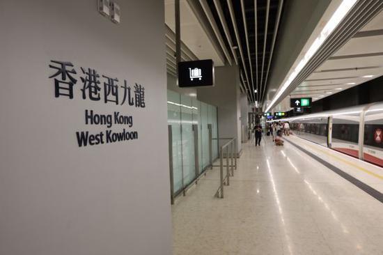 8月16日拍摄的广深港高铁西九龙站站台。新华社记者 吕小炜 摄