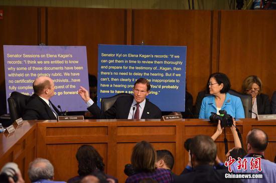 中间为民主党参议员布鲁门塔。图自中新网