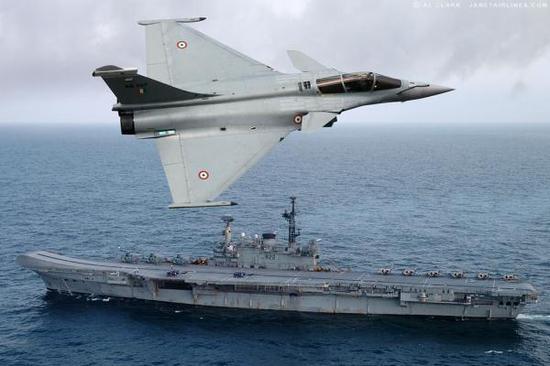 """资料图片:印度军迷制作的""""阵风""""战机飞越印海军航母设想图。(图片来源于网络)"""