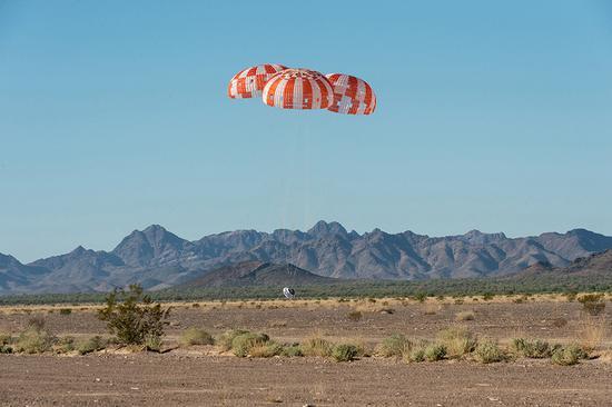 最終測試飛行中展開的降落傘系統。