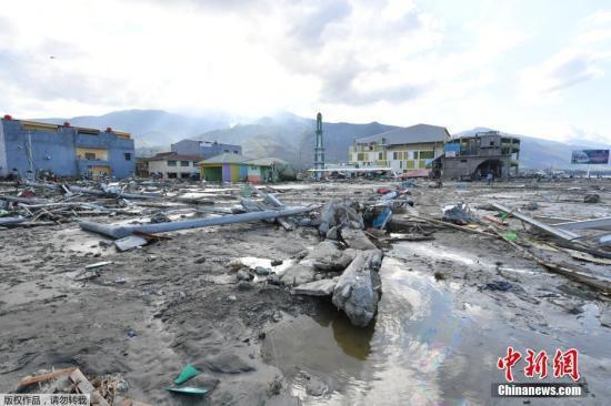 印尼中蘇拉威西省9月28日下午發生的強震及引發的海嘯已經造成832人死亡。圖?印尼海嘯受災區的街道一片狼藉。