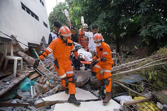印尼中蘇拉威西省帕盧市,救援正緊張地進行。視覺中國 圖