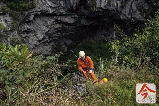 英国探险队员利用SRT单绳技术下降弄乐天坑。
