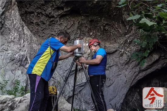 英国探险队员在洞穴进行3D激光扫描,这将为科考和旅游开发提供精准的数据。