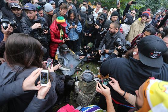 當地時間2018年10月17日,加拿大多倫多,加拿大消遣類大麻合法化今日起生效,民?抽大麻慶祝。視覺中國 圖