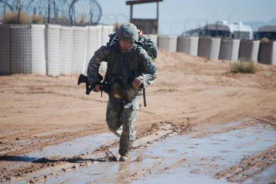 圖爲一位正在進行越野訓練的美軍士兵