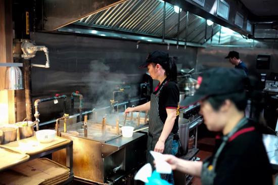 视频 沙县小吃在美开业首日早早关门?只因太火爆3