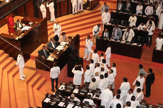 支持拉賈帕克薩的議員14日與坐在主席臺上的議長賈亞蘇裡亞發生激烈爭執(路透社)