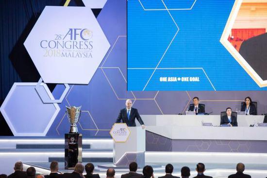 資料圖:國際足聯主席因梵蒂諾(左)在馬來西亞吉隆坡舉行的亞足聯代表大會上致辭。(新華社)