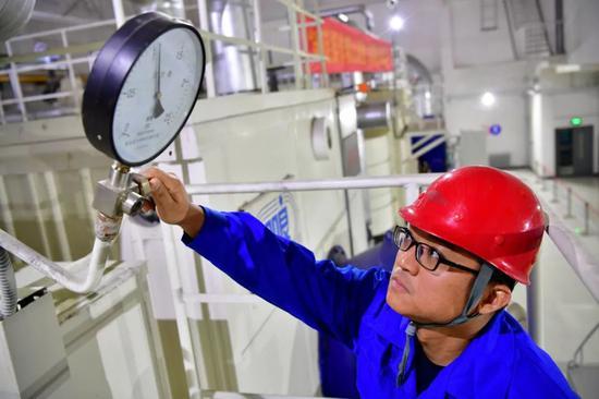 ▲资料图片:2017年12月,中国石油天然气集团公司宣布,随着中俄东线黑河-长岭段11个点段同时打火开焊,中俄东线天然气管道工程全面加速建设。(新华社)