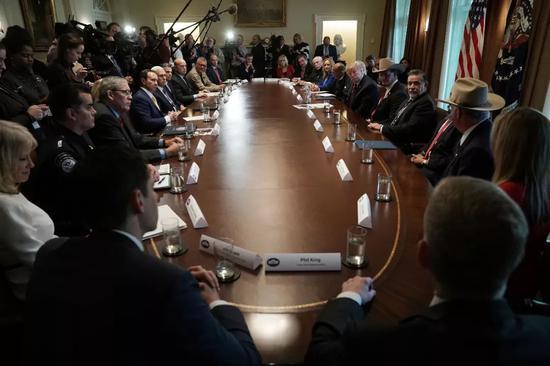 ▲1月11日,川普在白宫召开圆桌会议。(视觉中国)