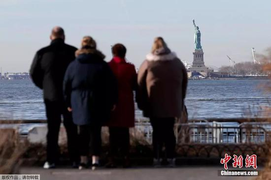 資料圖:2018年1月,由於美國政府關門,自由女神像停止對遊人開放。