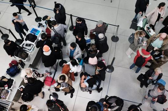 ▲1月9日,乘客在纽约肯尼迪机场排队进行安检。(视觉中国)