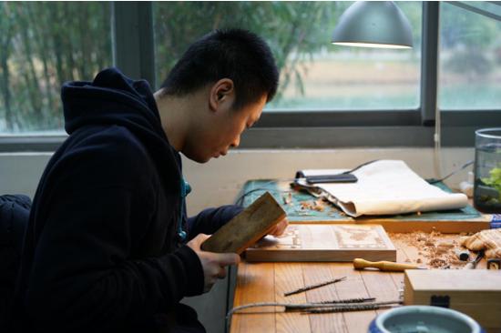 年轻传承人展示桃花坞木版年画制作技艺