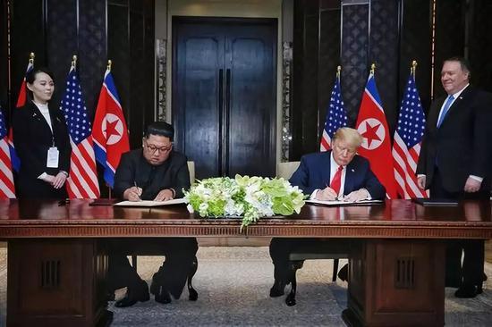 2018年6月12日,朝鲜最高领导人金正恩与美国总统特朗普在新加坡签署联合声明。新华社发