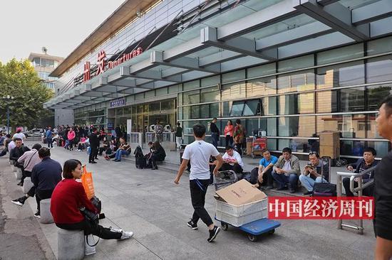 人潮洶涌的南苑機場航站樓(《中國經濟週刊》首席攝影記者 肖翊 | 攝)